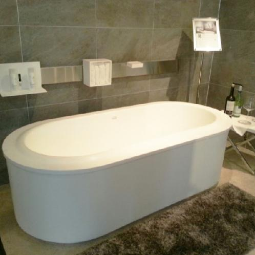 MY WHITE | bathtub,sink,tub